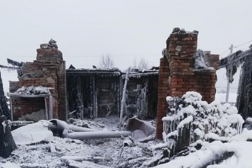 В Вельском районе при пожаре семья с маленькими детьми остались без крова и вещей