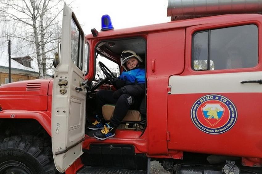 Пожар потушили, террористов обезвредили: в Сольвычегодске прошли совместные занятия юнармейцев и юных пожарных