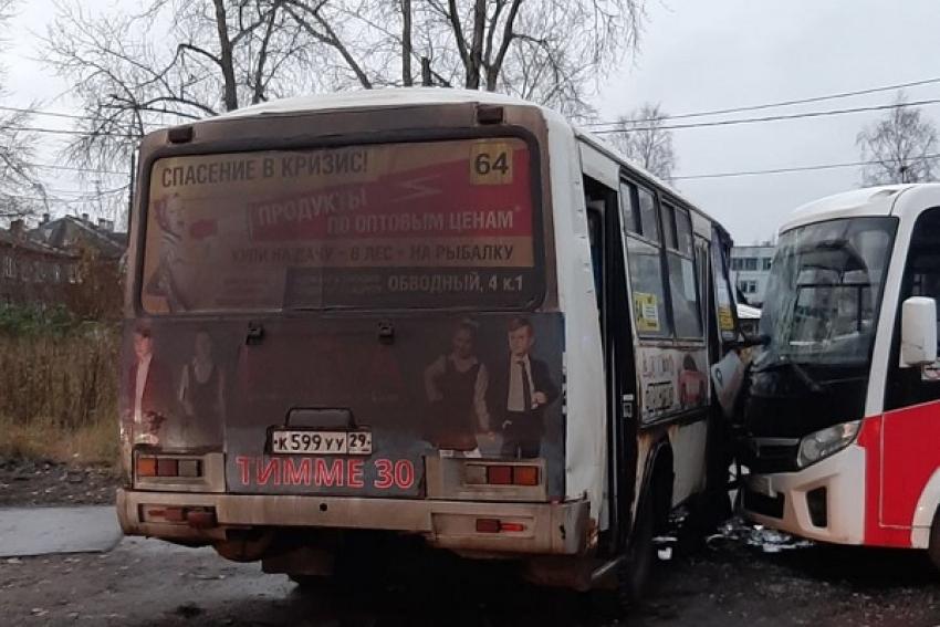Два автобуса и такси столкнулись на окраине Архангельска