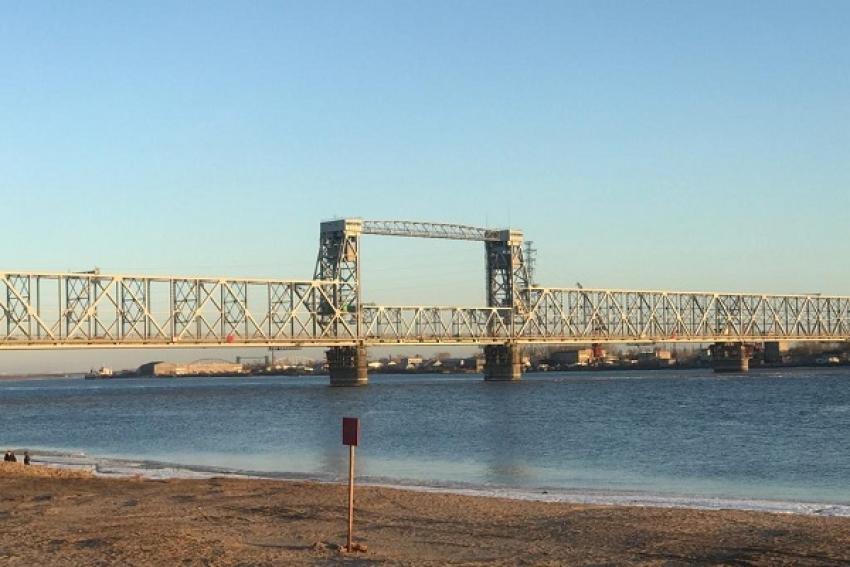 Происшествие на железнодорожном мосту Архангельска: рабочий сорвался с высоты и упал на льдину