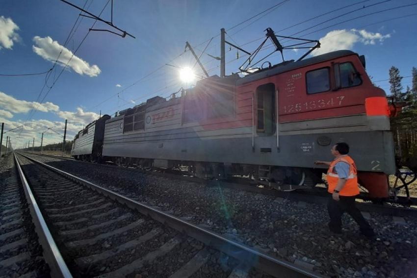 Происшествие на железной дороге: на станции Емца фура въехала под поезд