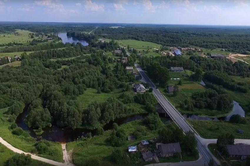 В Каргопольском районе лесовоз съехал с ремонтируемого моста