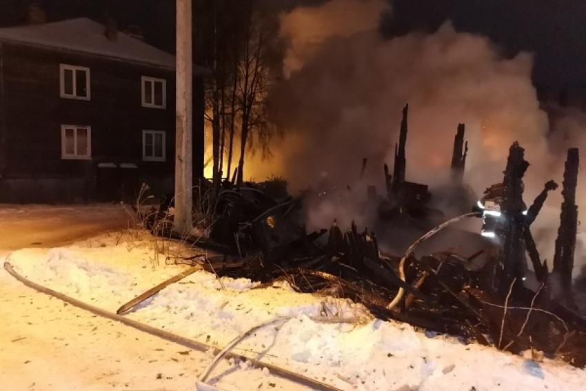 Два ночных пожара на Кегострове: горел дом и сараи
