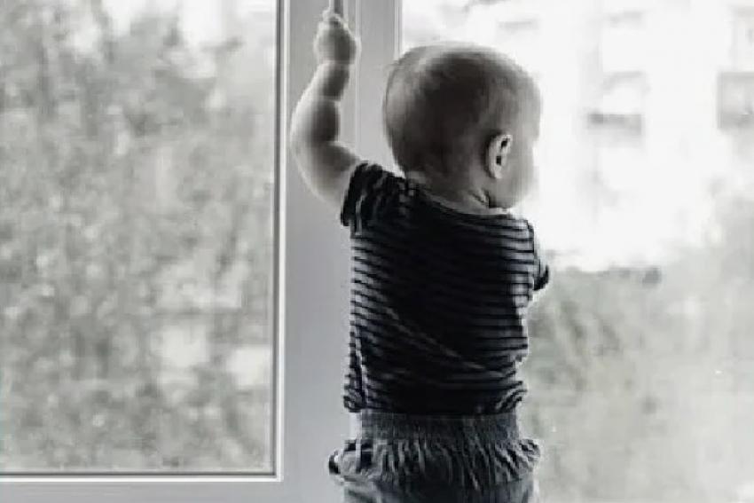 Ребенок выпал из окна, облокотившись на москитную сетку