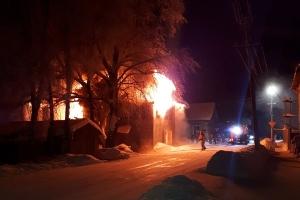При пожаре в Каргополе мужчина спас семерых детей