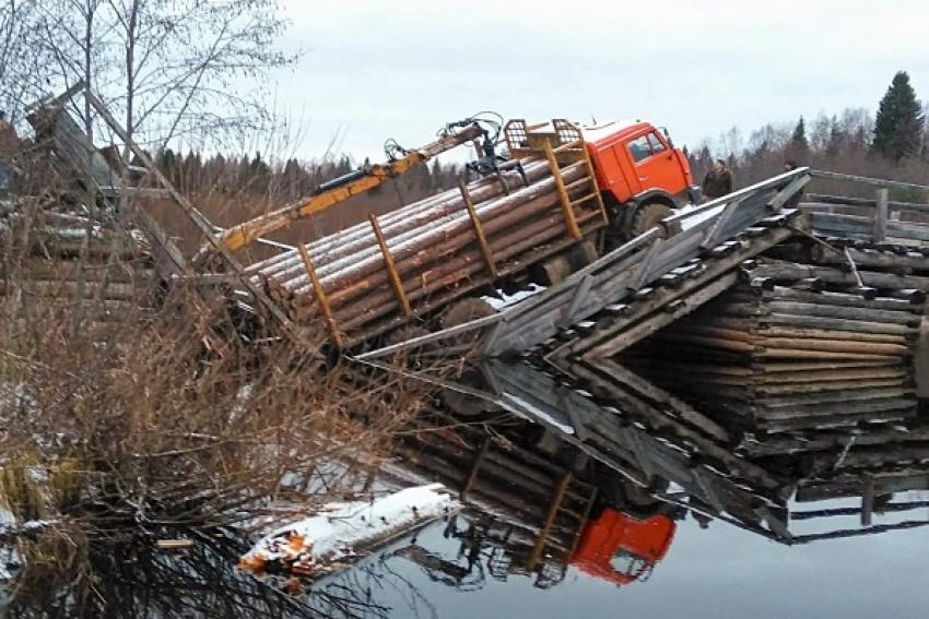 В Шенкурском районе лесовоз разрушил низководный мост. Нарушено транспортное сообщение с поселком Плёсо