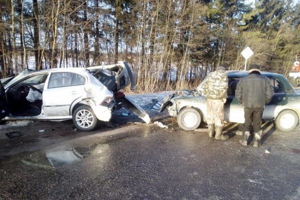Под Каргополем в ДТП с самосвалом попали две легковушки. Есть пострадавшие