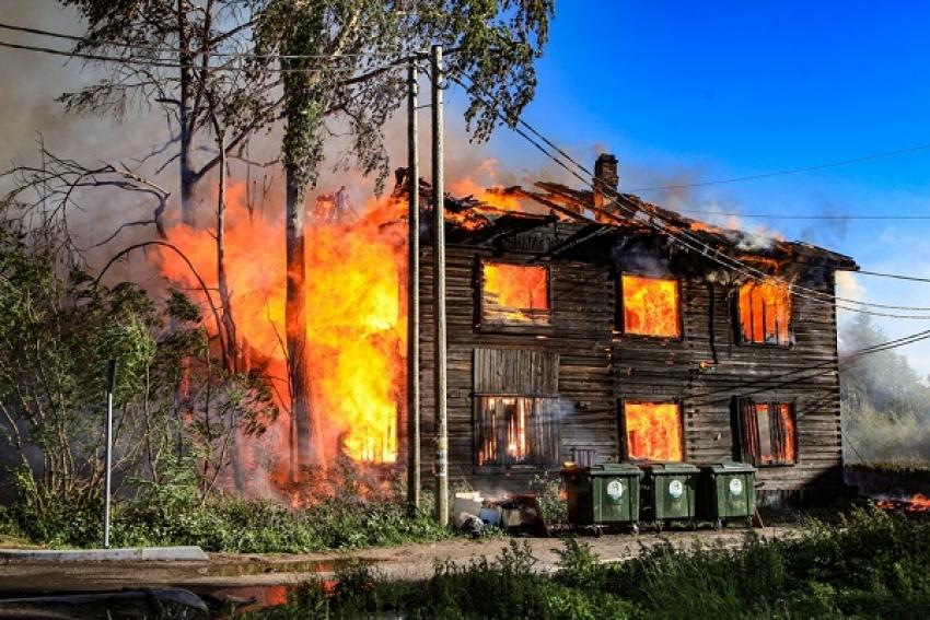 В Соломбальском округе Архангельска огнем уничтожен нежилой деревянный дом