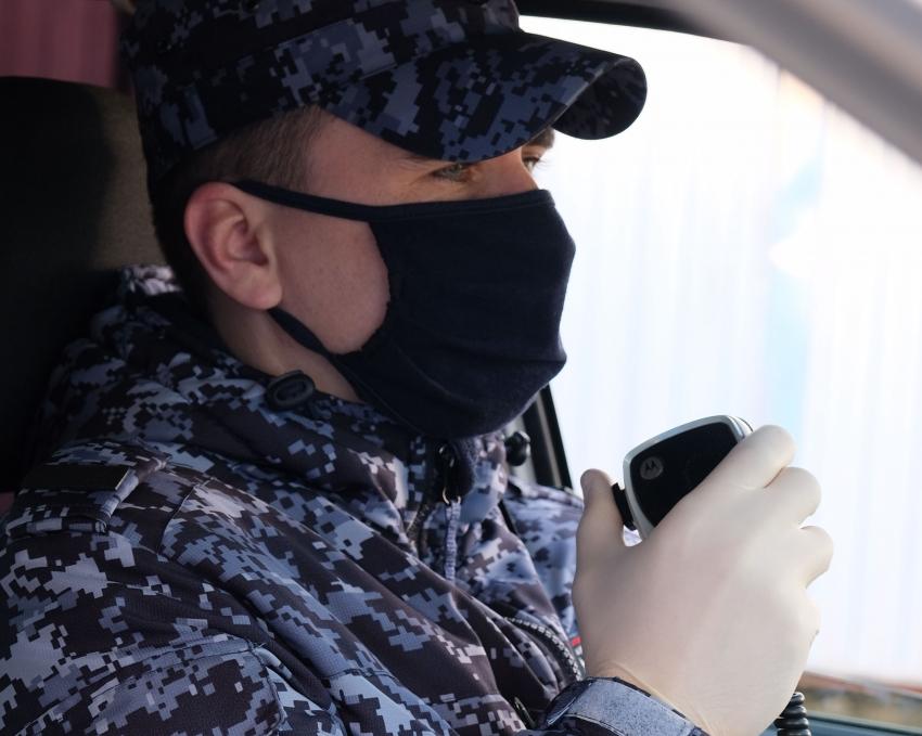 В Северодвинске сотрудники Росгвардии задержали подозреваемых в краже вещей у посетителя бара