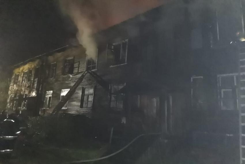 На Кегострове продолжается тушение пожара в многоквартирном доме