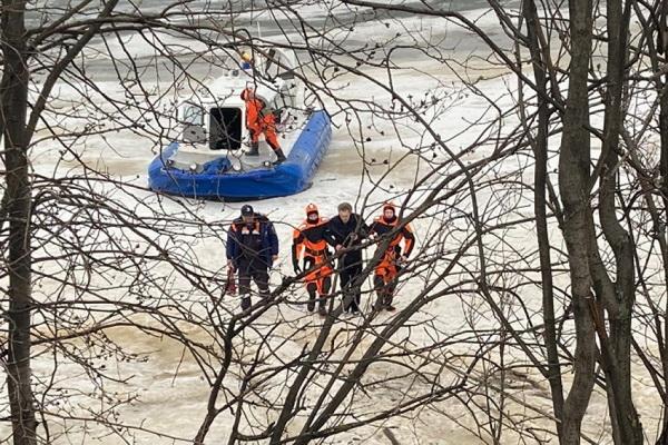 Мужчина едва не утонул при попытке перейти реку (г. Архангельск)