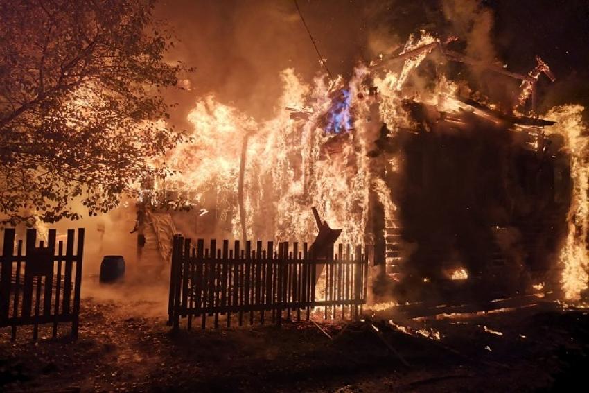 В Заостровье горит жилой дом