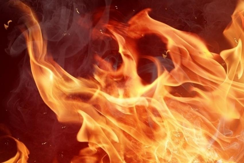 При пожаре в аварийной двухэтажке погиб мужчина