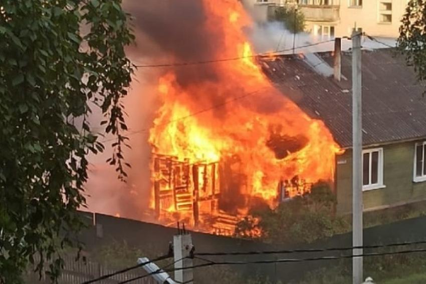 «Спасались через разбитые окна». При пожаре в Няндомском районе пострадал 12-летний подросток