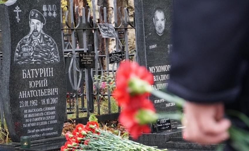 В Архангельске сотрудники и ветераны СОБР Росгвардии почтили память погибшего офицера