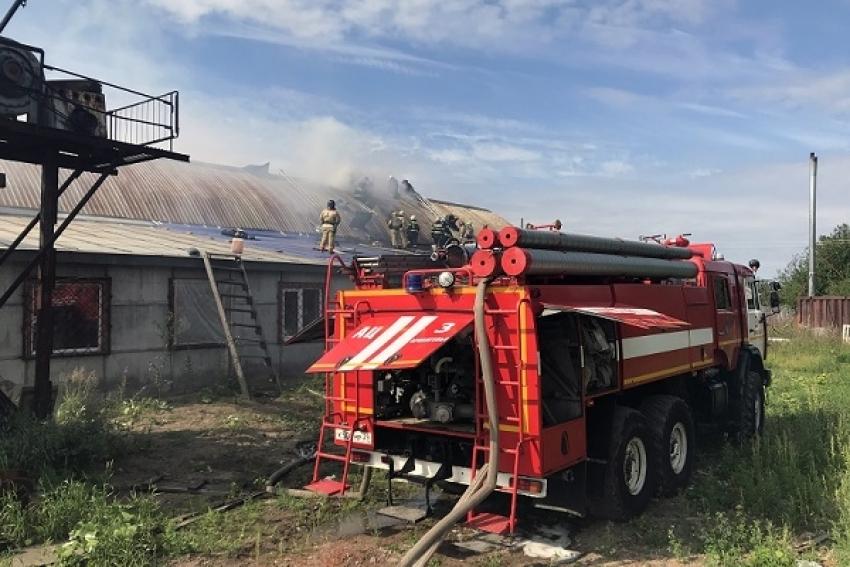 На Талажском шоссе В Архангельске горел ангар