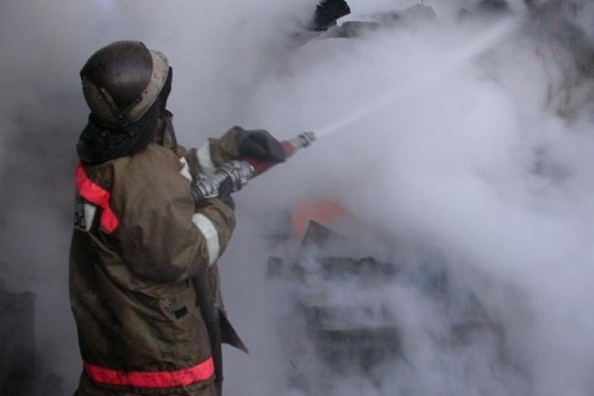 Вельские пожарные ранним утром отстояли дом на 4 квартиры