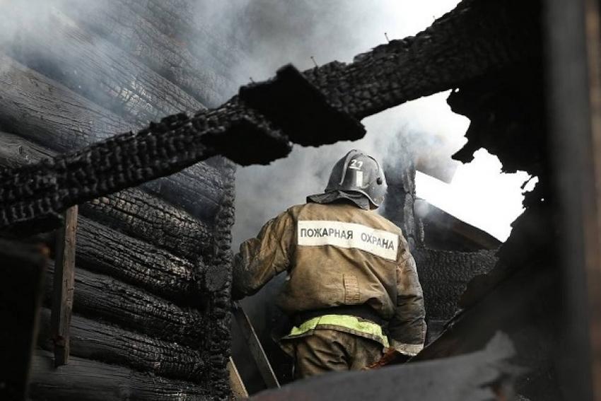 В Боброво сильный пожар уничтожил частный дом и угрожал двум соседним