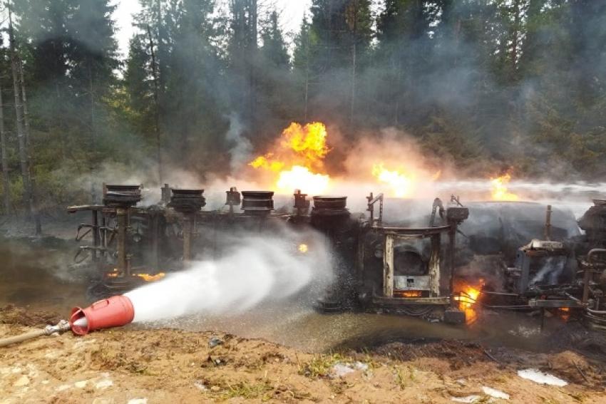 На трассе Мезень – Лешуконское бензовоз опрокинулся в кювет и загорелся, выгорело 30 т топлива