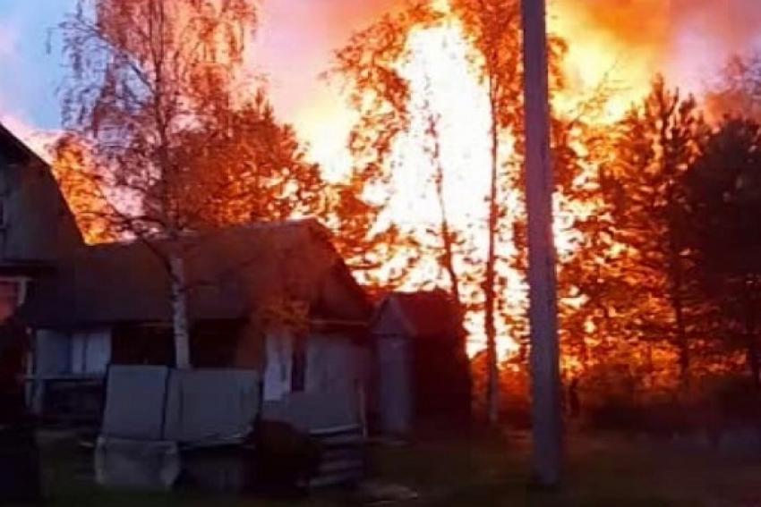 Пожар в дачном поселке: сгорел дом и баня