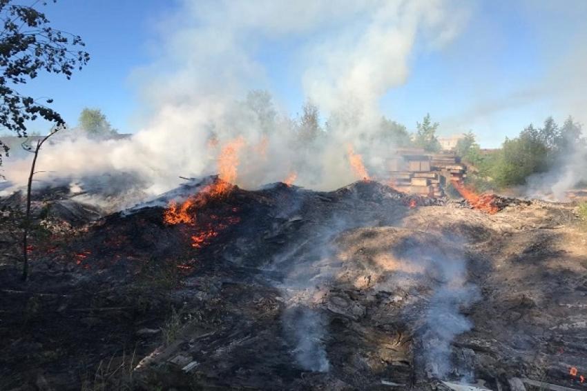 В Коряжме тушили пожар на частной пилораме