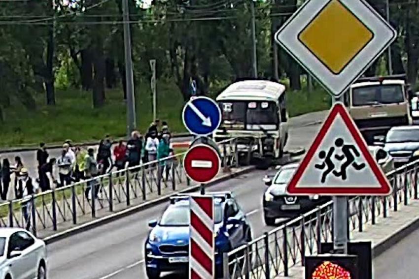 Автобус врезался в ограждение на Ленинградском проспекте в Архангельске