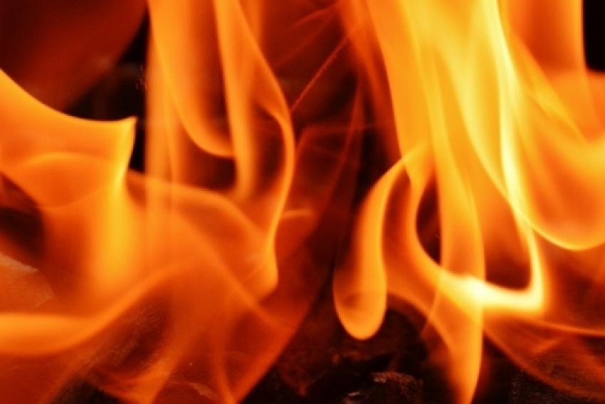 При пожаре в сараях обнаружено тело человека