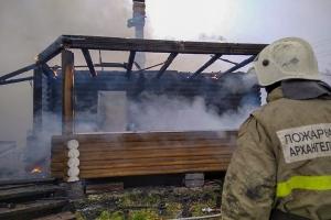 Под Северодвинском горел двухэтажный коттедж
