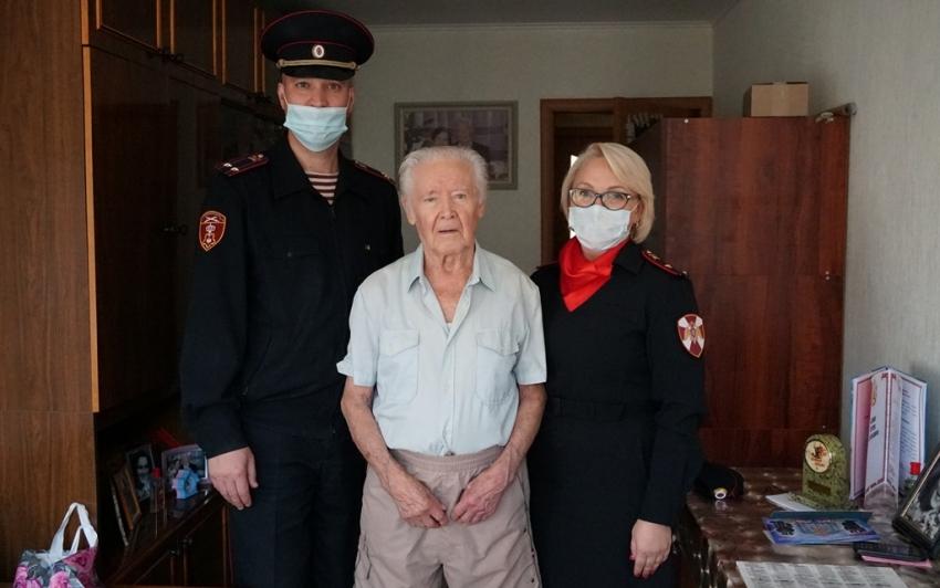 В Архангельске офицеры вневедомственной охраны Росгвардии поздравили ветерана службы с днём рождения