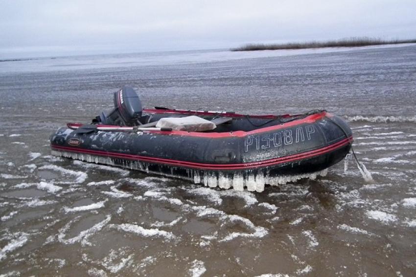 Молодые люди застряли во льду Северной Двины на ПВХ-лодке