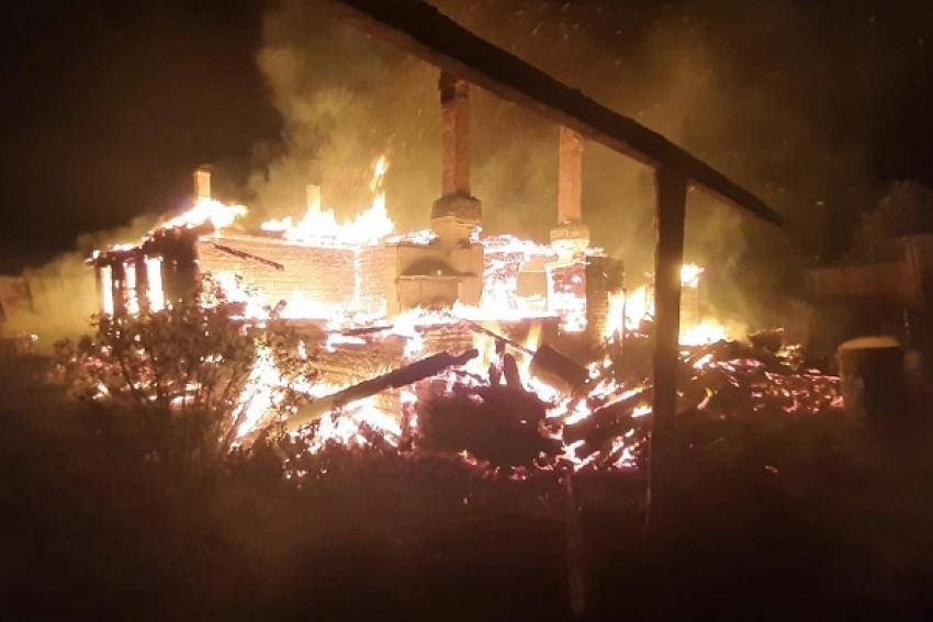 «Спасти в пожаре людям не удалось почти ничего». В Коношском районе сгорел жилой дом