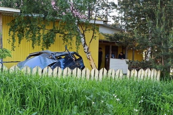 Водитель погиб, пассажир в больнице: в Красноборске автомобиль врезался в дерево