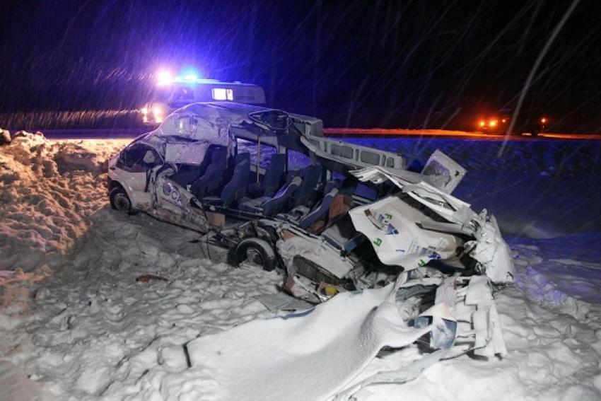 Один человек погиб, пятеро пострадали в результате столкновения микроавтобуса с молоковозом