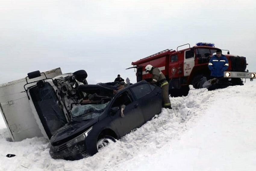 ДТП на трассе М-8: двое молодых людей и девушка погибли при столкновении с большегрузом