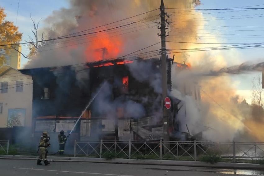 В центре Архангельска горит расселенный двухэтажный дом