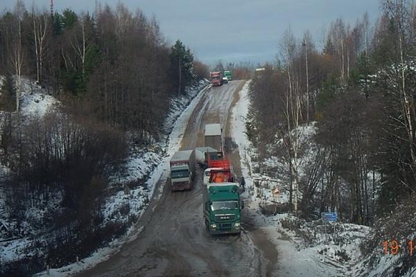 В Красноборском районе из-за распутицы большегрузы не могут одолеть Шиловский угор