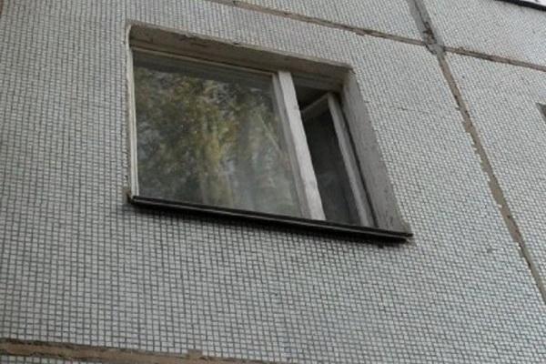 Из окна пятиэтажки в Архангельске выпал ребёнок