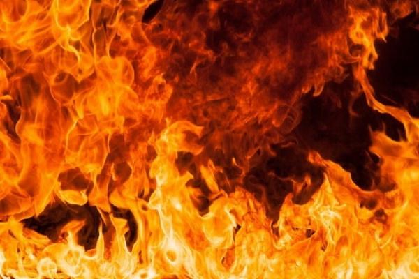 Пытаясь бороться с огнём самостоятельно, мужчина потерял около получаса