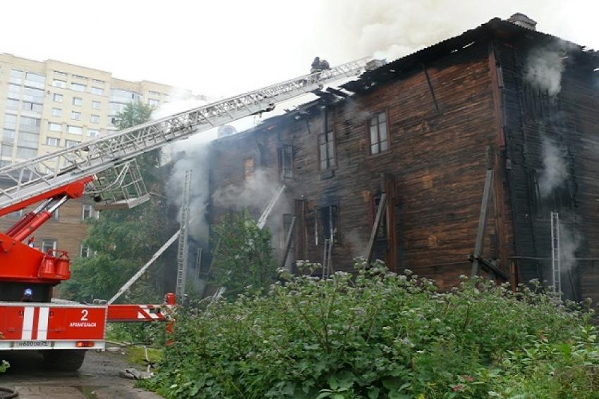 Пожар в Исакогорке: двухэтажный дом спасли, пострадавших нет