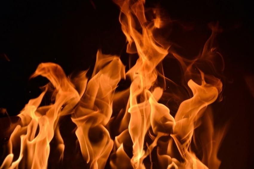 В Северном округе горели гаражи и автомобиль