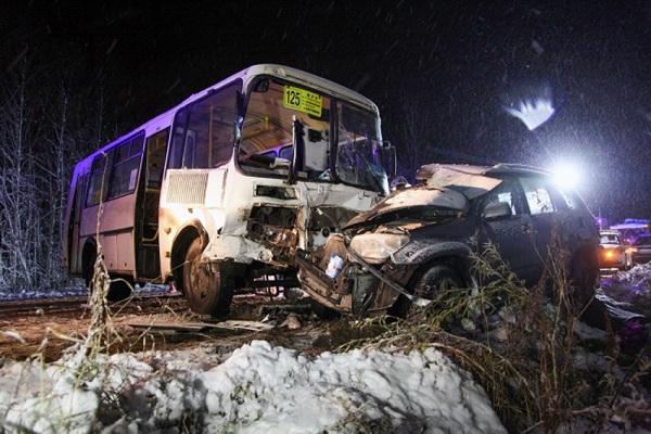 У Катунино столкнулись автобус и легковушка, погибла женщина
