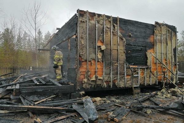 Огнем уничтожены два двухэтажных дачных дома